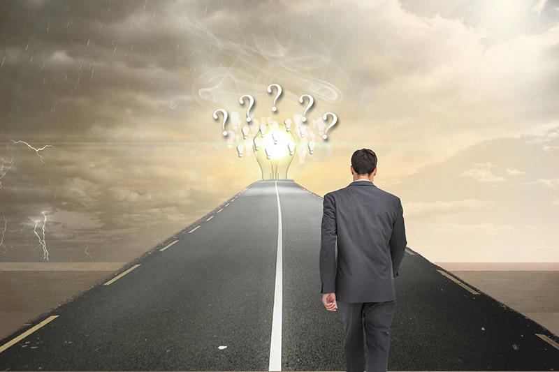 Hombre caminando por una carretera con incertidumbre
